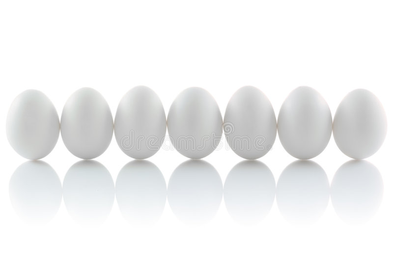 Siete huevos aislados del pollo fotos de archivo