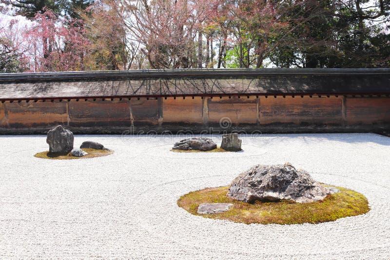 Siete piedras en jardín de piedras, en el templo de Ryoanji, Kyoto, Japón fotos de archivo libres de regalías
