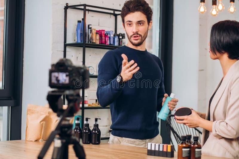 Siete pronto a comprare i nostri cosmetici Prossimo lei Benvenuto al nostro deposito immagini stock libere da diritti