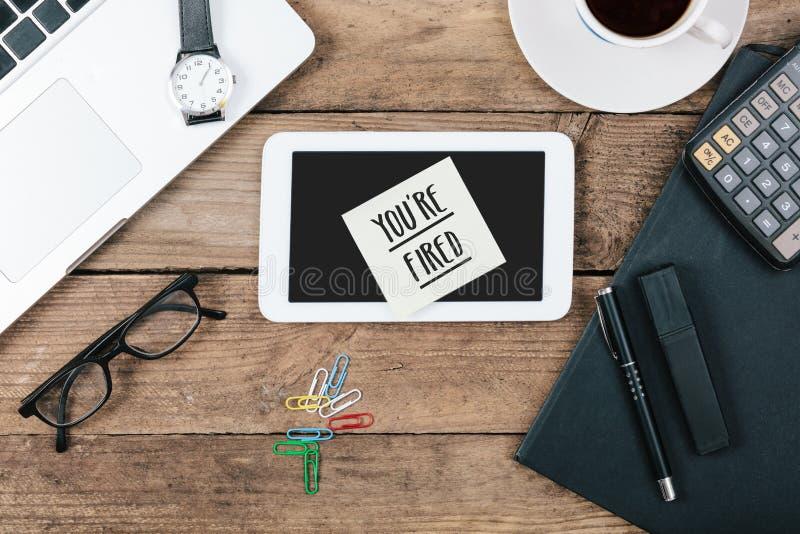 Siete testo infornato sul computer della compressa, scrivania con il computer fotografia stock libera da diritti