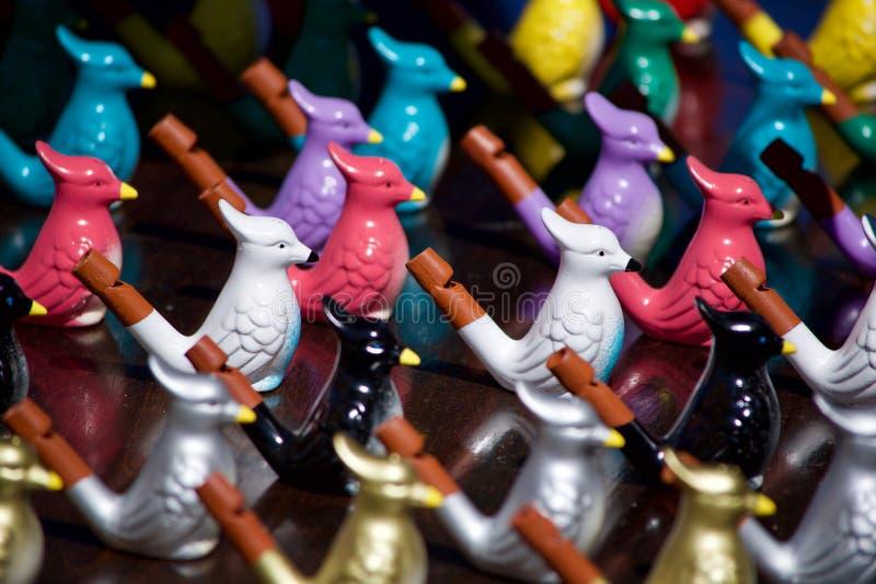 Sifflements en céramique et en bois multicolores d'oiseau images libres de droits