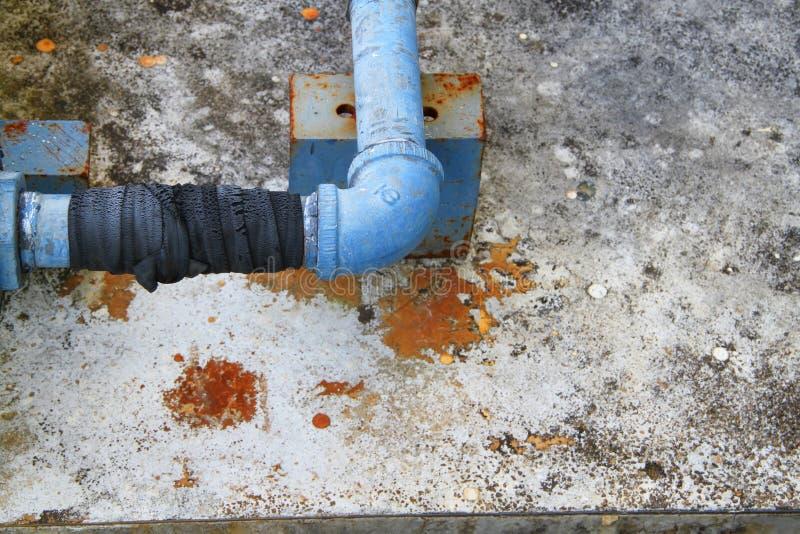 Sifflez industriel de fuite en acier de tuyauterie de l'eau au grippage avec le caoutchouc images stock