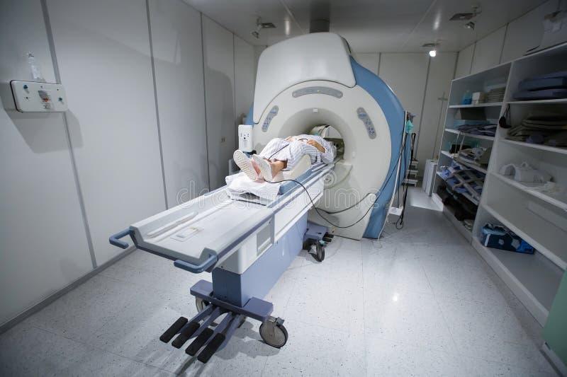 SIG. analizzatore in un ospedale, con il paziente che è esplorato fotografia stock libera da diritti