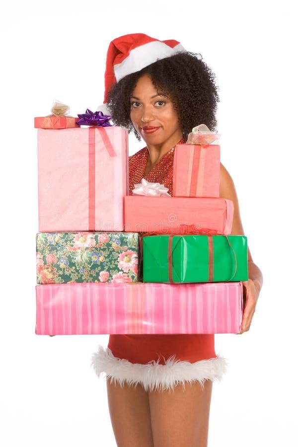 Sig.ra etnica Santa con il mucchio dei regali di Natale fotografie stock