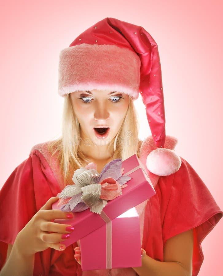 Sig.ra Santa che apre un contenitore di regalo immagini stock