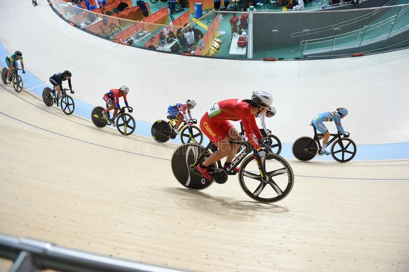 Siga el ciclo en las 2016 Olimpiadas en el parque fotos de archivo