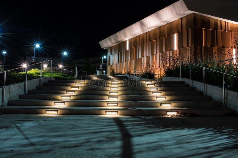 Siga la trayectoria de luces para clasificar en la noche imagen de archivo