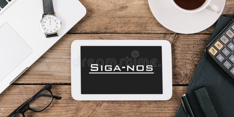 Siga-nrs., Portugese tekst voor Follow ons op het scherm van tablet comp stock foto