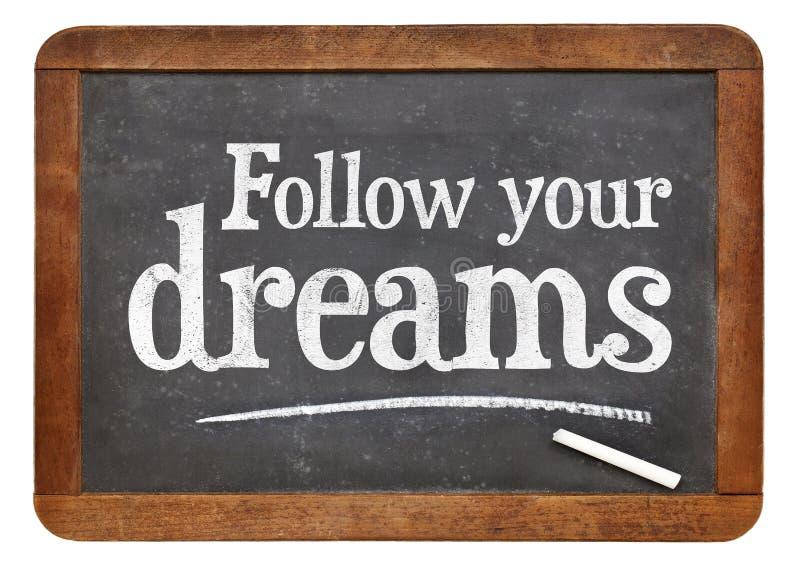 Siga sus sueños - texto en la pizarra foto de archivo