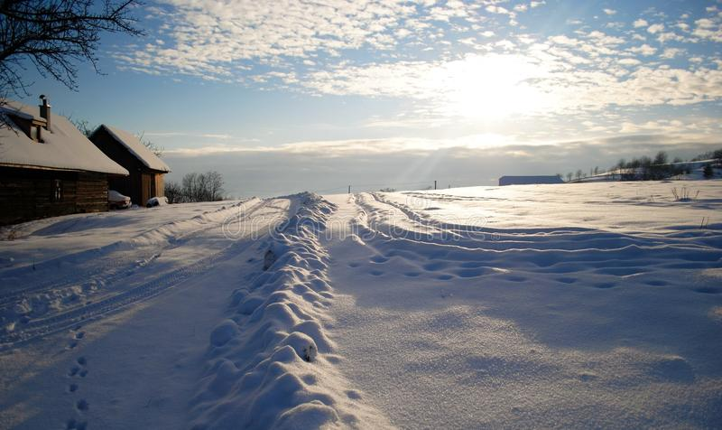 Siga a trilha através da neve ao céu imagem de stock