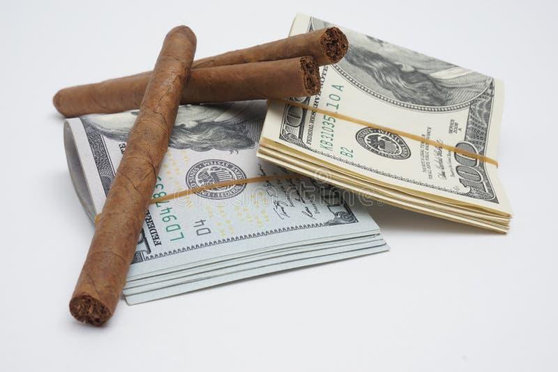 Sigaren en contant geld stock fotografie