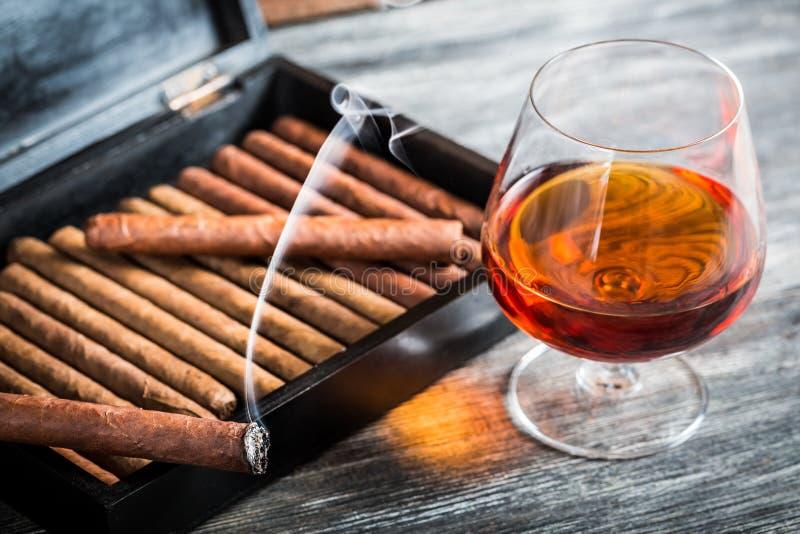 Sigaren in humidor en cognac royalty-vrije stock foto