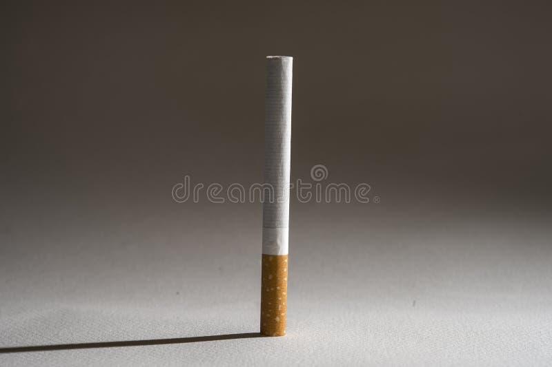 Sigaret en schaduw op witte achtergrond in ongezond h wordt geïsoleerd dat stock foto's