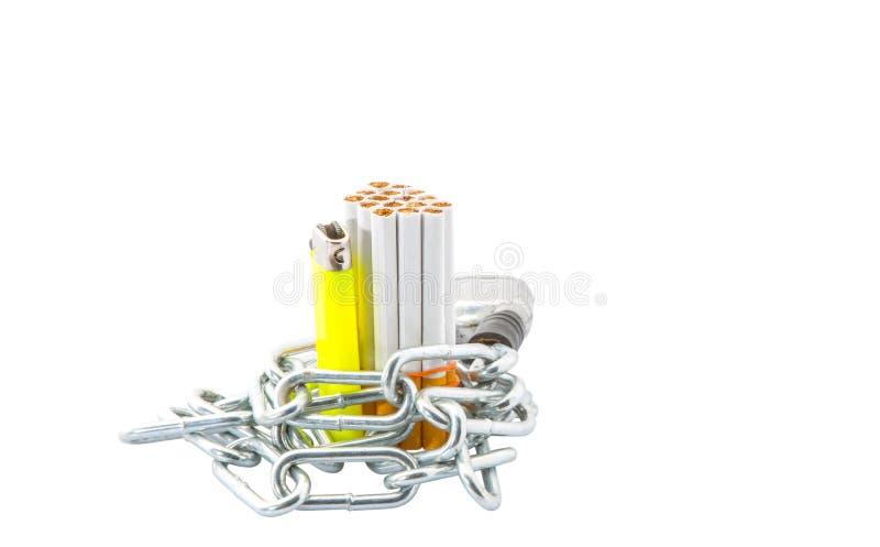 Sigaretta, accendino e Catene I immagine stock