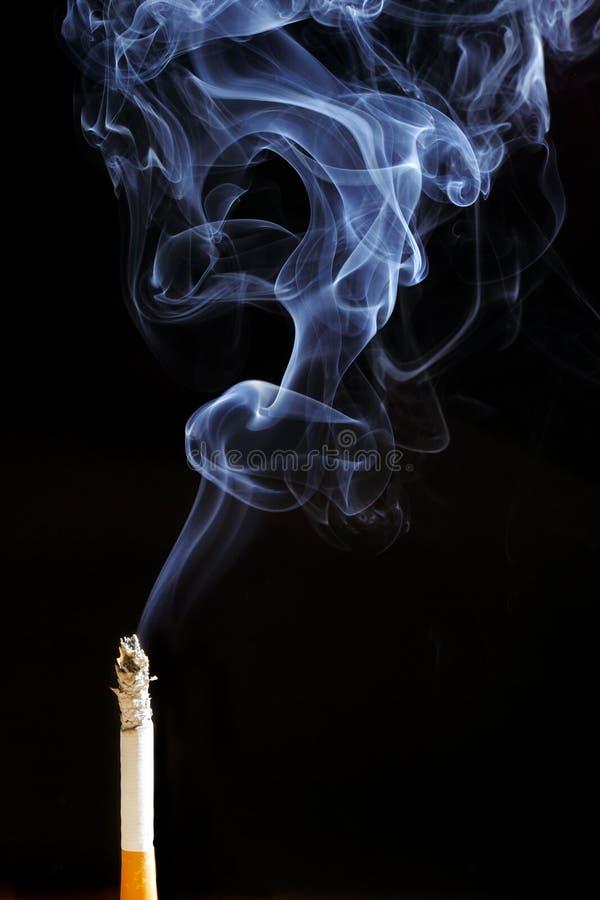 Sigaretta di fumo fotografia stock