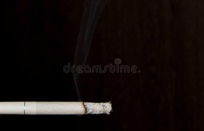 Sigaretta di fumo immagini stock