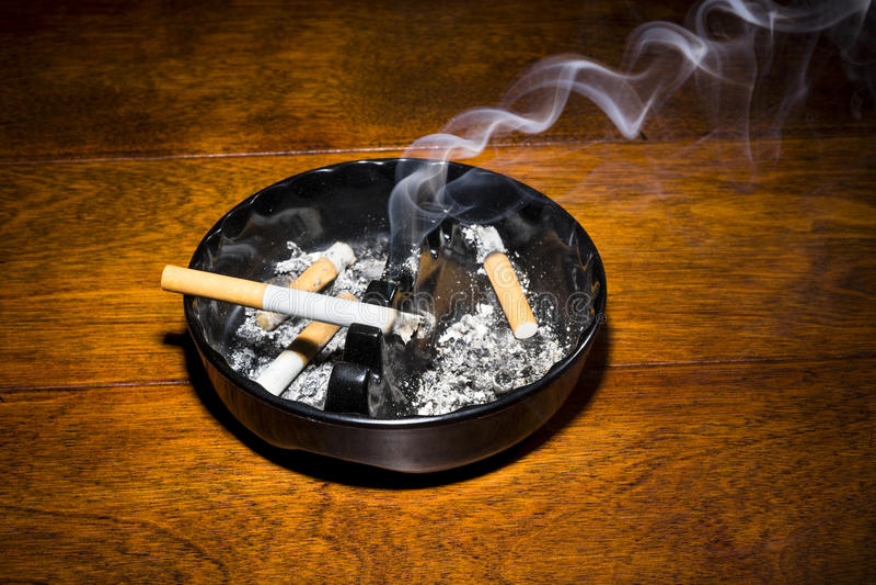 Sigaretta di fumo in portacenere fotografia stock libera da diritti
