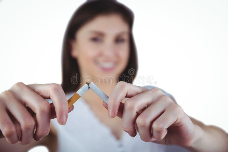 Sigaretta di schiocco della donna a metà fotografia stock libera da diritti