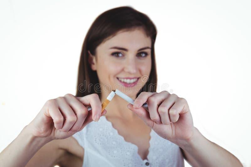 Sigaretta di schiocco della donna a metà fotografie stock libere da diritti