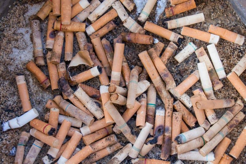 Sigaretta e portacenere immagine stock