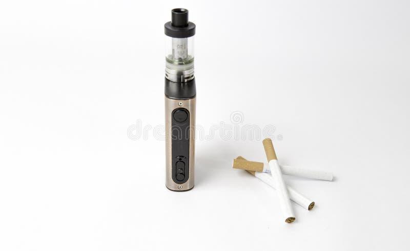 Sigaretta elettronica contro la sigaretta normale ai precedenti bianchi fotografia stock libera da diritti