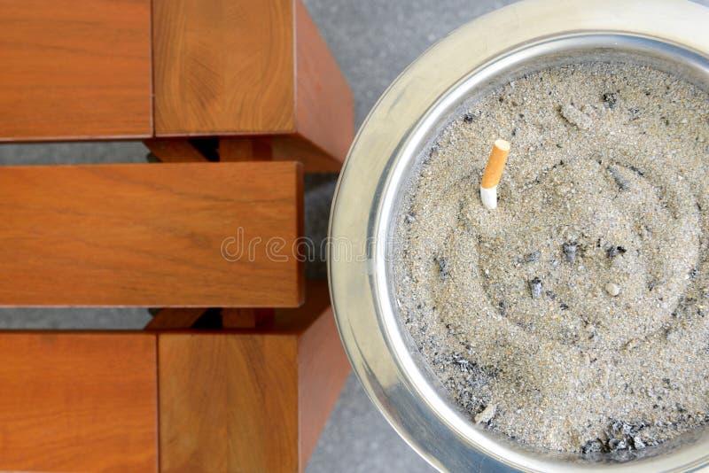 Sigaretta nello scomparto del portacenere della sabbia fotografia stock libera da diritti