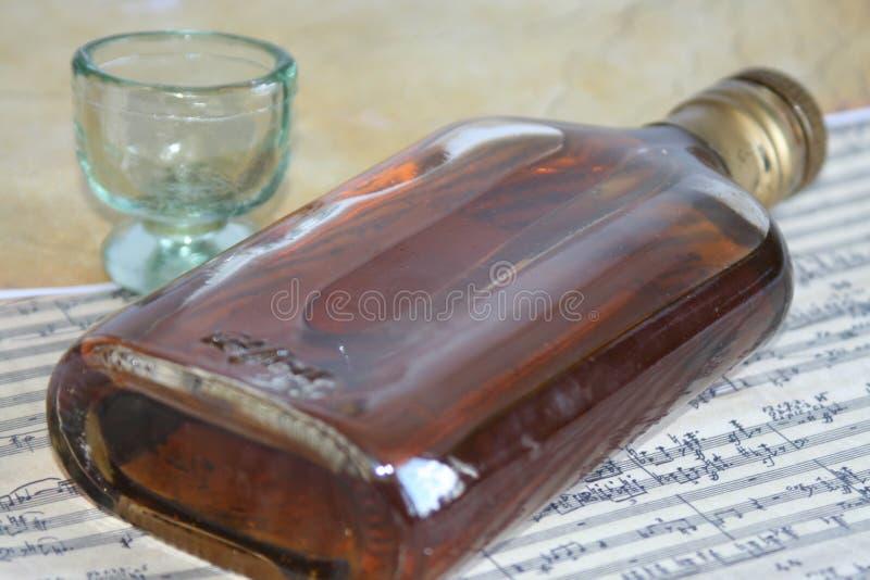 Sigaretta, tabacco e bottiglia fotografie stock libere da diritti