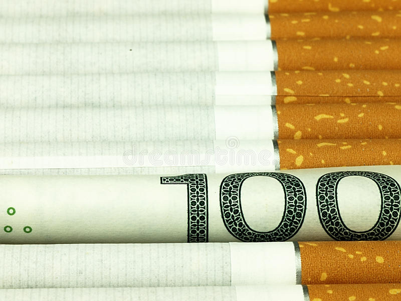 Sigarette e soldi abitudine costosa fotografie stock libere da diritti