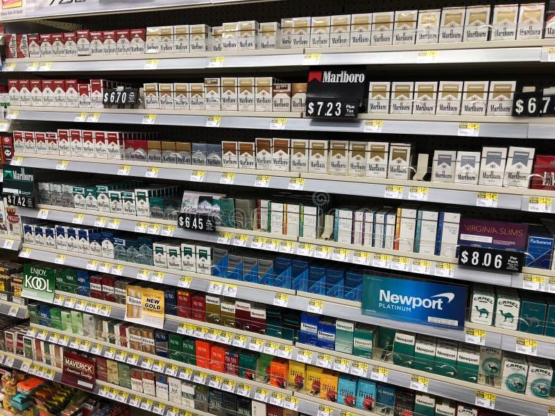 Sigarette su esposizione da vendere immagine stock libera da diritti