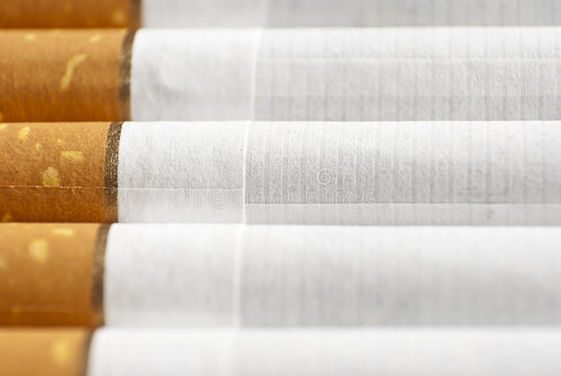 Sigaretten in een rij stock fotografie