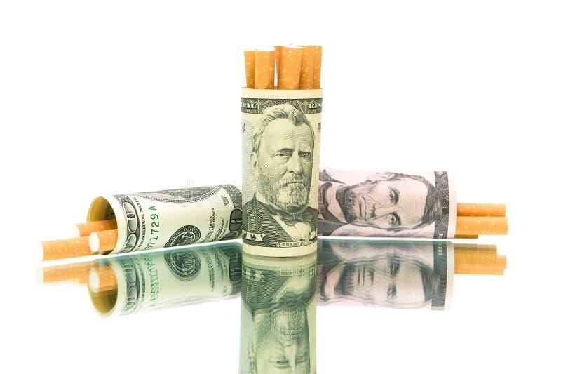 Sigaretten en geld. witte achtergrond - horizontale foto. stock afbeelding