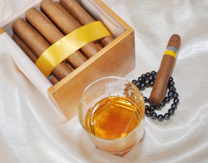 Sigari, cognac e perle immagini stock