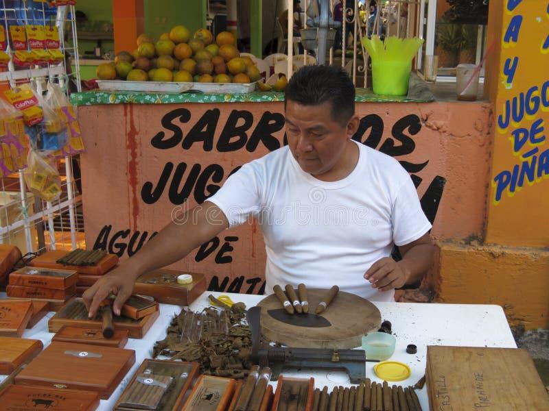 Sigaro che fa nel Messico immagini stock