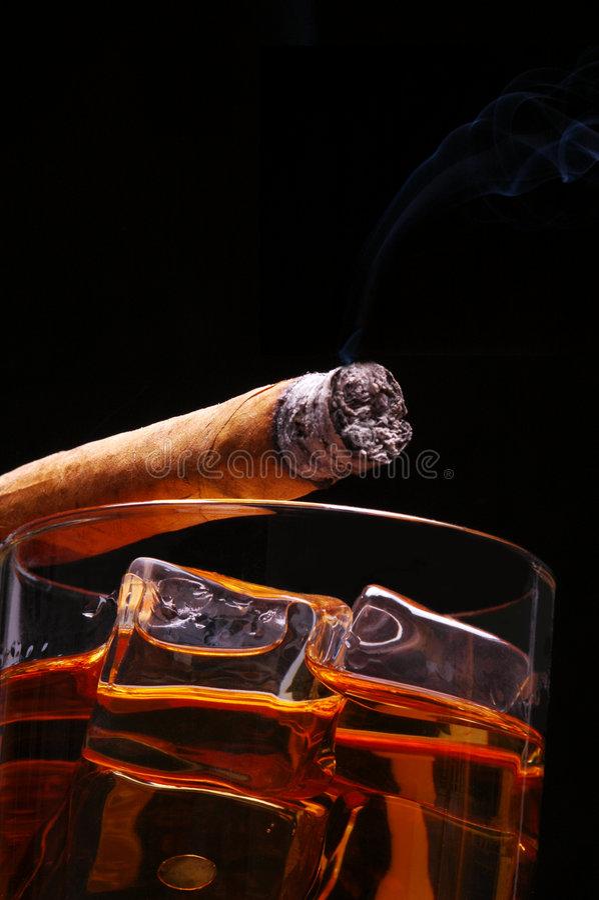 Sigaro su whisky fotografie stock