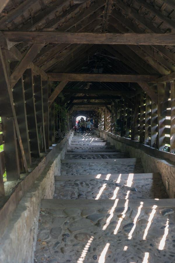 SIGHISOARA, TRANSYLVANIA/ROMANIA - 9月17日:木隧道 免版税库存图片