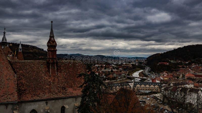 Sighisoara la città spaventosa della Romania immagine stock