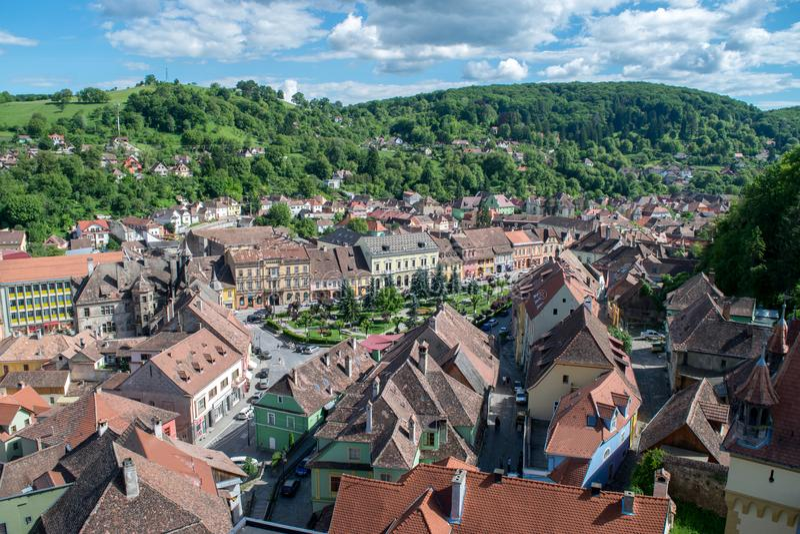 Sighisoara medeltida stad som ses från klockatornet, Transylvania, Rumänien royaltyfria foton