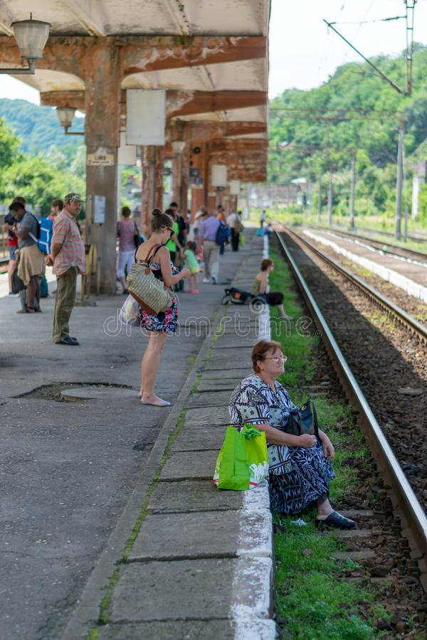 SIGHISOARA, ROEMENIË - 1 JULI 2016: Mensen die op de trein in Sighisoara, Roemenië wachten stock foto