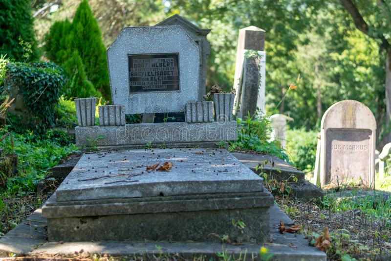 SIGHISOARA, ROEMENIË - 1 JULI 2016: Saksische die begraafplaats, naast de Kerk op de Heuvel in Sighisoara, Roemenië wordt gevesti royalty-vrije stock foto's