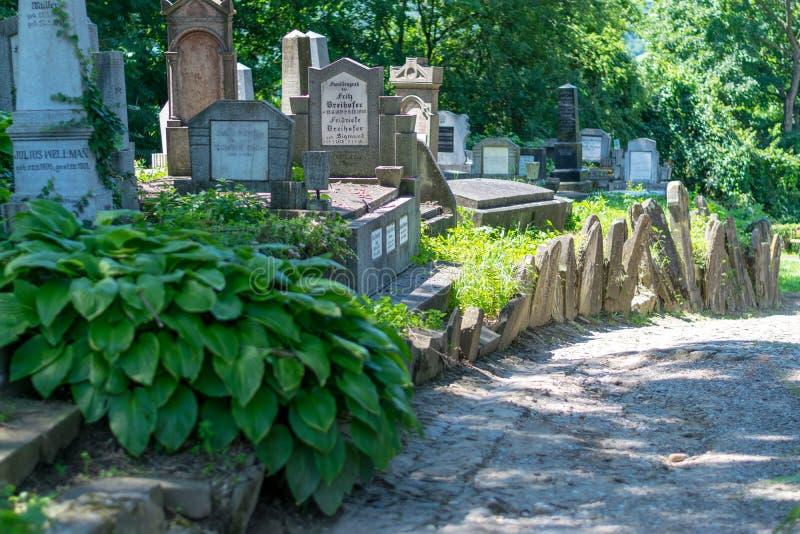 SIGHISOARA, ROEMENIË - 1 JULI 2016: Saksische die begraafplaats, naast de Kerk op de Heuvel in Sighisoara, Roemenië wordt gevesti stock afbeelding