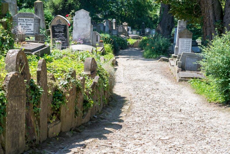 SIGHISOARA, ROMÊNIA - 1º DE JULHO DE 2016: Cemitério saxão, situado ao lado da igreja no monte em Sighisoara, Romênia imagens de stock