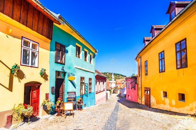 Sighisoara, Roumanie : La pierre célèbre a pavé de vieilles rues avec les maisons colorées dans la ville-forteresse médiévale photo libre de droits