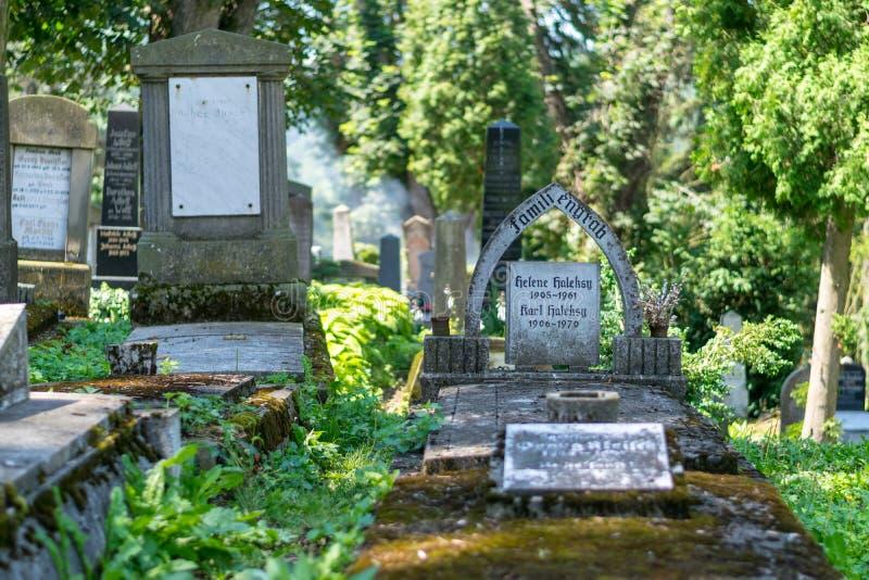 SIGHISOARA, RUMANIA - 1 DE JULIO DE 2016: Cementerio sajón, situado al lado de la iglesia en la colina en Sighisoara, Rumania fotografía de archivo libre de regalías