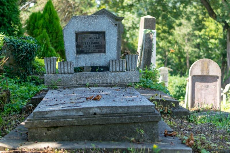 SIGHISOARA, RUMUNIA - 1 2016 LIPIEC: Sasa cmentarz, lokalizować obok kościół na wzgórzu w Sighisoara, Rumunia zdjęcia royalty free