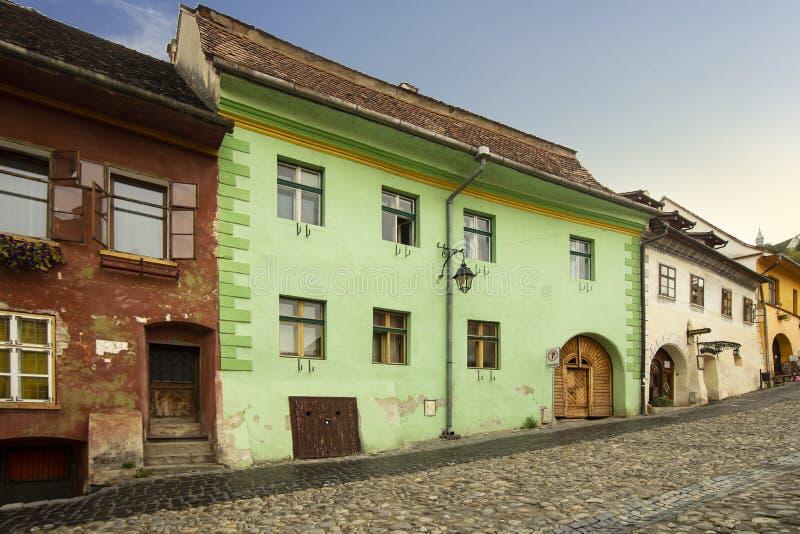 Sighisoara stadsgata, Transylvania, Rumänien arkivbilder