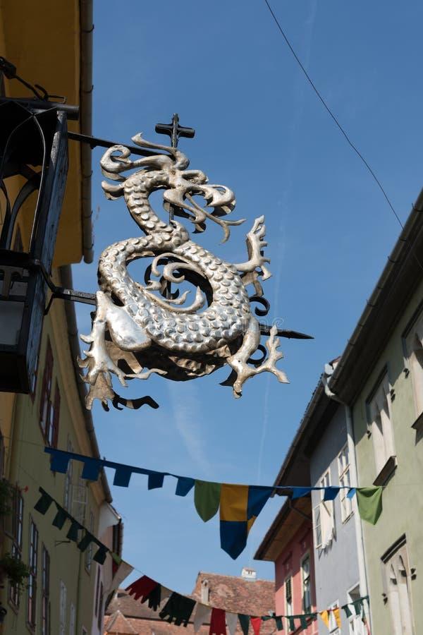 SIGHISOARA, TRANSYLVANIA/ROMANIA - 17 DE SETEMBRO: Sinal ab do dragão imagem de stock