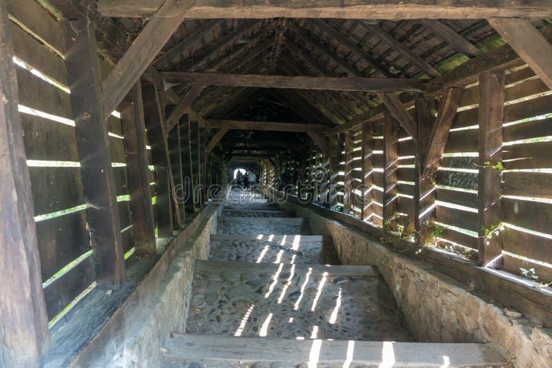 SIGHISOARA, TRANSYLVANIA/ROMANIA - 17 DE SETEMBRO: Túnel de madeira imagens de stock