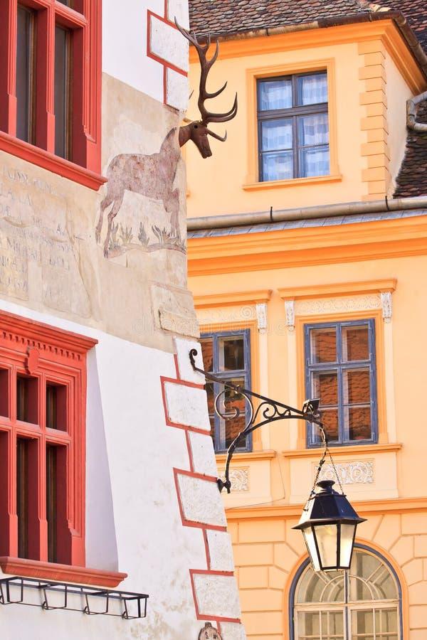 Sighisoara Transylvania, Rumänien, 2012: Walled hus i det gammalt royaltyfria foton