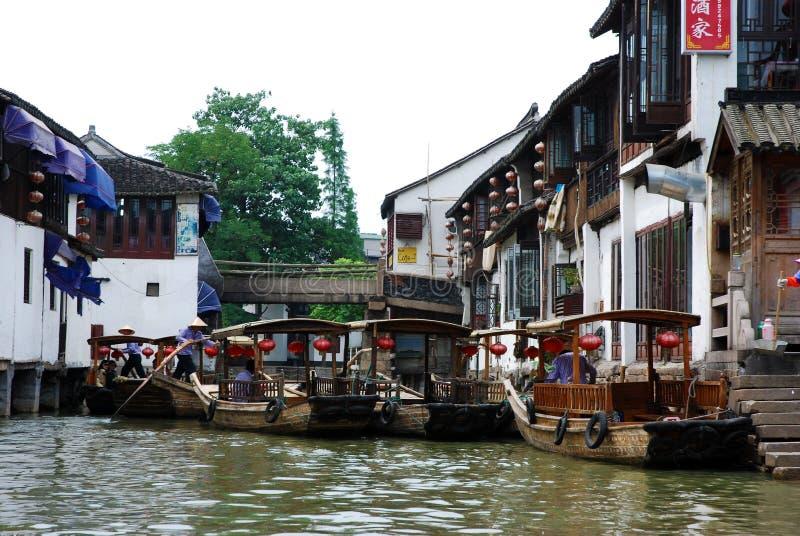 Sightseeing шлюпки на моле на канале в Zhujiajiao стоковые изображения rf