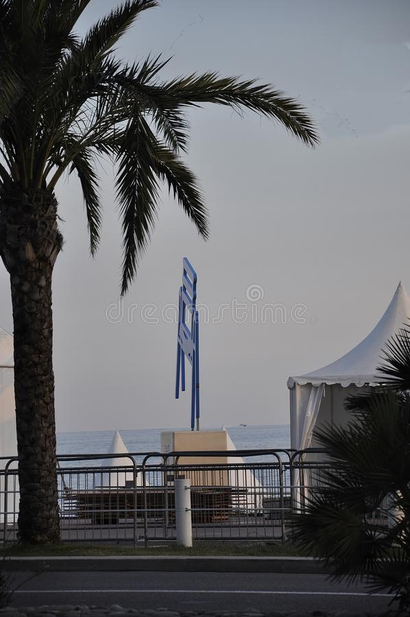 Sightseeing com Le Grandioso Chaise Bleue nivelando do bulevar de Promenade des Anglais em Metropola agradável imagem de stock